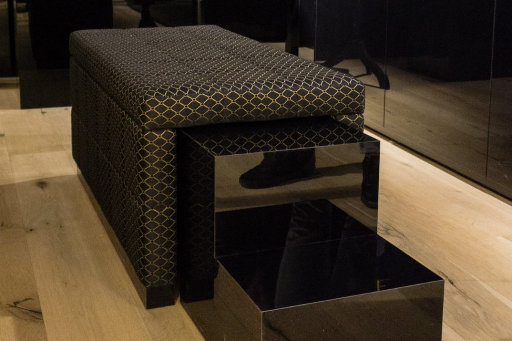 Walk in closet gold schwarz bezogener Hocker mit Treppe