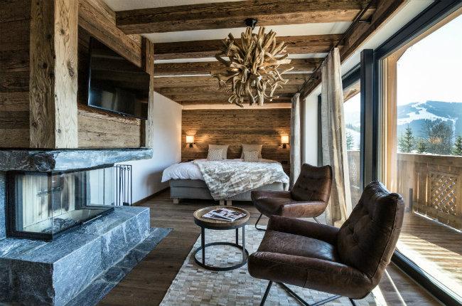 Chalet Wonhzimmer Holz mit Bed und Kamin
