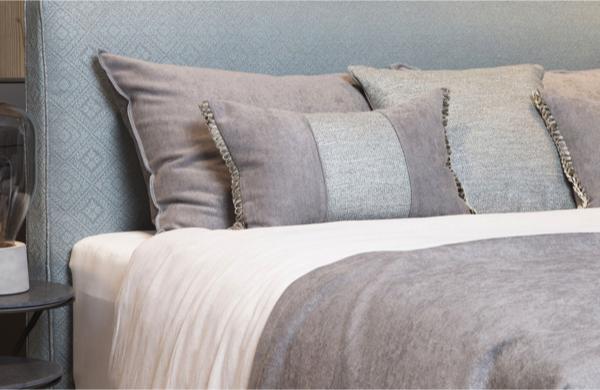 Bed met Decoratieven grauen fine stoff Kissen bezogen