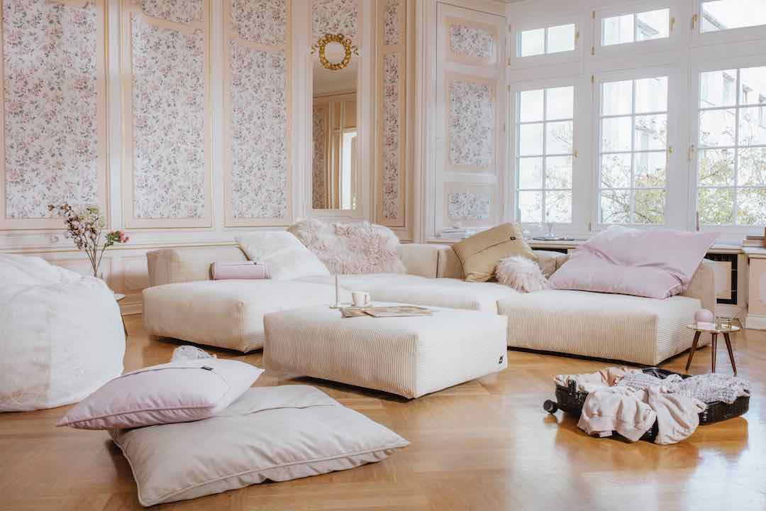 Wohnzimmer Vetsak Cordsofa und flauschiges Sitzkissen