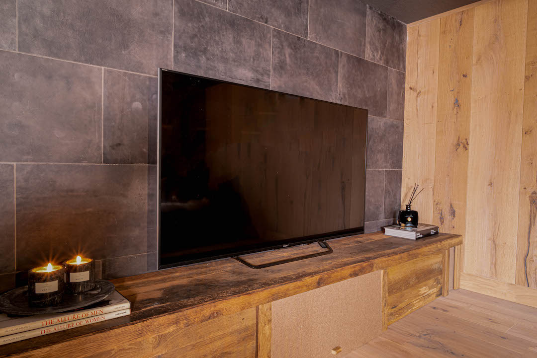 Wohnzimmer aus Eiche mit Lederwand